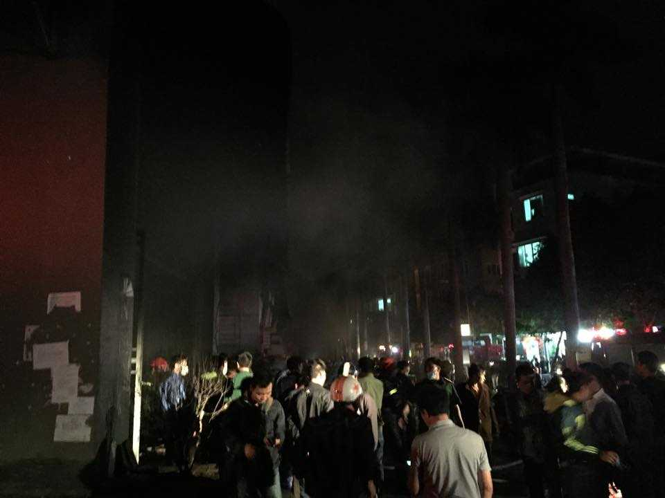 Người dân còn tụ tập rất đông trước khu vực xảy ra đám cháy
