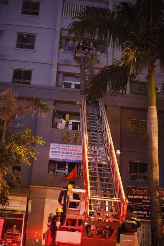 6 xe thang đã có mặt tại hiện trường liên tục đưa người dân từ tầng 10 xuống mặt đất. Ảnh: Vietnamnet
