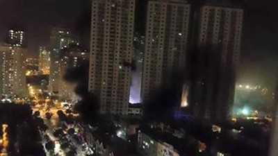 Hiện đám cháy đã lan tới tầng 20, rất nhiều nạn nhân đang bị kẹt ở trên cao và chưa thể thoát xuống.Ảnh:Vietnamplus.