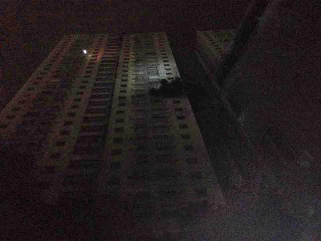 Sau 10 phút bốc lên từ tầng hầm, trên các tầng cao của toà nhà CT4A, khói đen đặc cũng đang ào ra.