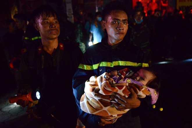 Các em nhỏ được giải cứu khỏi đám cháy tại Xa La (Ảnh: Zing)