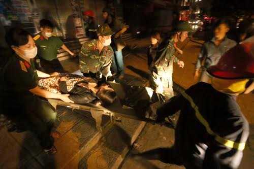 Người bị thương được lực lượng cứu hộ đưa ra ngoài. Ảnh: Bá Đô/VNE