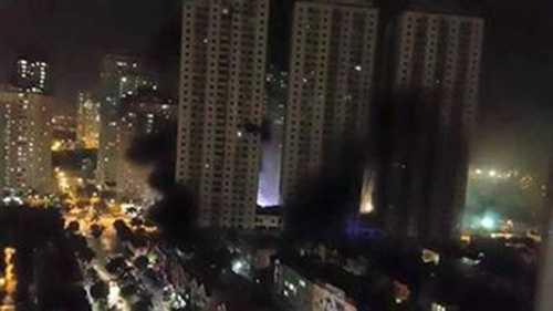 Đám cháy đã lan tới tầng 20, rất nhiều nạn nhân đang bị kẹt ở trên cao và chưa thể thoát xuống.Ảnh Vietnamplus.