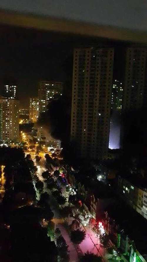 Chị Ngọc Lan, một người dân sống tại tầng 17 tòa nhà T4A cho hay, ngay sau khi phát hiện đám cháy, tòa nhà đã cắt điện