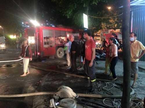 Các lực lượng chức năng đang có mặt tại hiện trường tổ chức chữa cháy và cứu hộ người dân còn đang mắc mẹt trong các tầng - Ảnh Người đưa tin