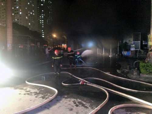 Lực lượng cứu hỏa triển khai công tác chữa cháy - Ảnh Người đưa tin