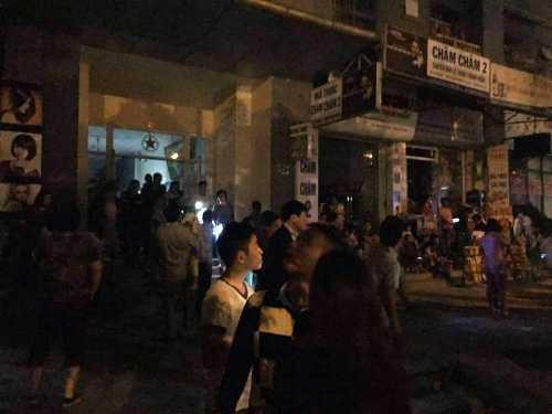 Hàng ngàn người dân theo dõi vụ cháy - Ảnh Người đưa tin