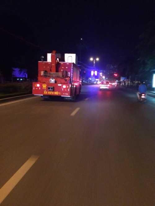 Xe cứu hỏa kịp thời đến hiện trường cứu hộ, cứu nạn và tổ chức chữa cháy. Hàng chục xe cứu hỏa đã được đưa tới hiện trường - Ảnh Người đưa tin