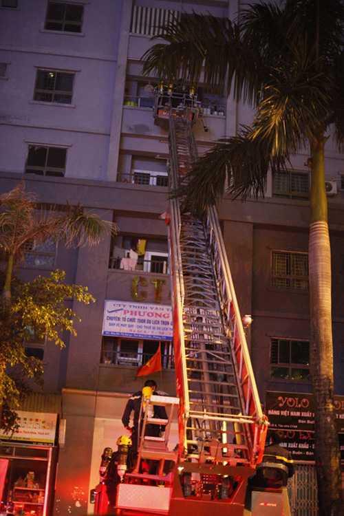 Xe thang đưa người dân xuống khỏi các tầng 3 - Ảnh Vietnamnet