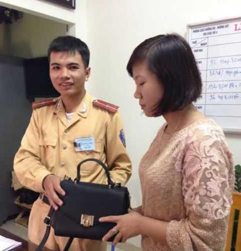 Thiếu úy Nguyễn Văn Hiền trao trả lại tài sản cho chị Quỳnh Anh.