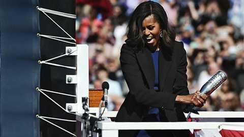 Đệ nhất phu nhân Michelle Obama đập chai sâm  panh vào thân tàu ngầm