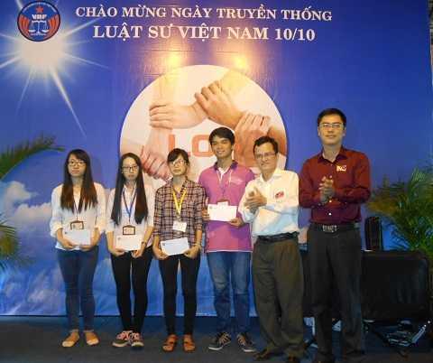 Các sinh viên trường luật được trao tặng học bổng. Ảnh: Phan Cường