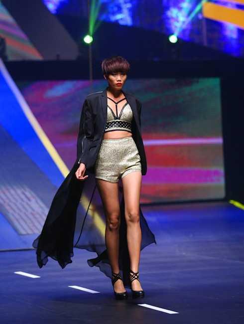 Nguyễn Hợp trình diễn catwalk. (ảnh: Ngôi sao)