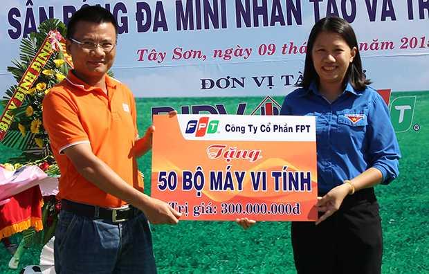 Anh Nguyễn Ngọc Khánh, Phó GĐ FPT Telecom vùng 4, trao tặng 50 bộ máy tính cho Tỉnh đoàn Bình Định.
