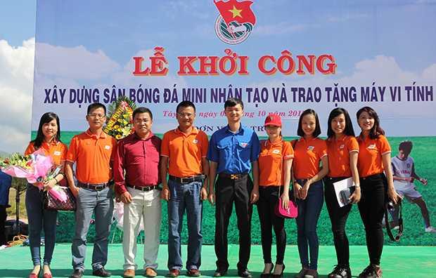 Đại diện lãnh đạo FPT và tỉnh đoàn Bình Bịnh chụp hình lưu niệm.