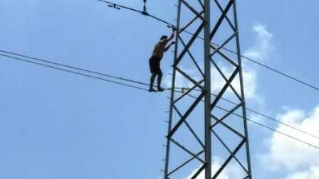 Nam thanh niên 'đánh đu' trên dây điện cao thế.