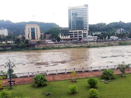 Lũ lên cao đoạn chảy qua TP Lào Cai - Ảnh: Hồng Thảo