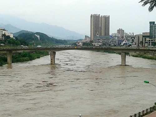 Lũ dâng đến mức báo động 2, tại cầu Cốc Lếu, TP Lào Cai - Ảnh: Hồng Thảo