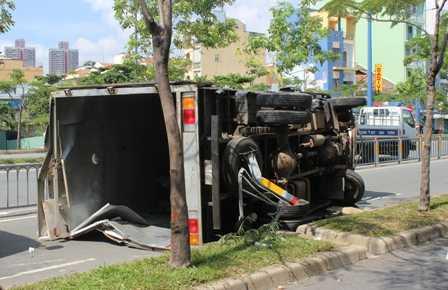 Chiếc xe tải nổ lốp lật nhào trên đường.