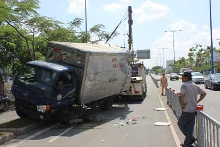 Lực lượng cứu hộ đang giải cứu chiếc xe.