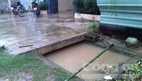 Bé Vượng không may bị rơi xuống mương nước trước nhà. Ảnh: Công an TP.HCM