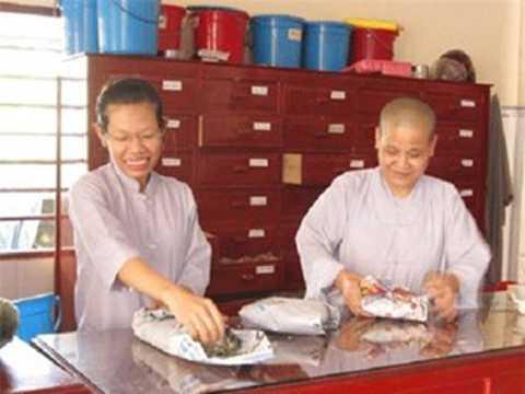Chị Trần Thị Bé Năm (bên trái).