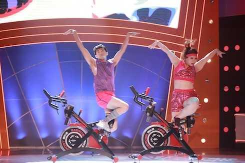 Huyền Thanh và Quang Đăng biểu diễn Sexy and I know it. Cặp đôi có tổng điểm 10.