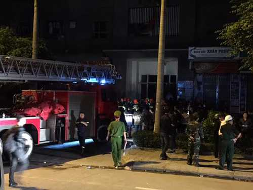 Hiện hai tổ của lực lượng cứu hộ đã tiếp cận được tầng 36 để tìm kiếm người dân còn mắc kẹt bên trong - Ảnh Lao động