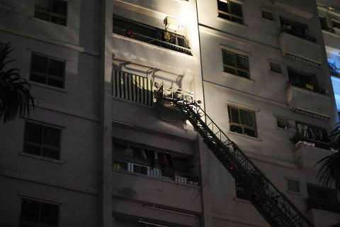Lực lượng cứu hộ dùng thang đẩy tiếp cận nạn nhân