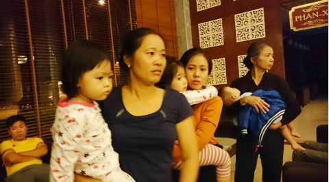 Bà Nguyễn Thị Tiến cùng con cháu được cứu thoát từ vụ cháy.