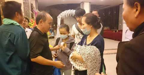 Người phụ nữ ôm đứa trẻ nhỏ tới tạm trú tại Khách sạn Mường Thanh