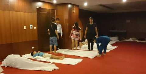 Do số lượng phòng hạn chế, nhiều người phải trải chăn, ngủ tạm tại hội trường tầng 4 Khách sạn Mường Thanh.