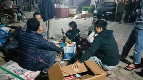 1h00 đêm, nhiều người dân vẫn tập trung dưới chân tòa nhà.