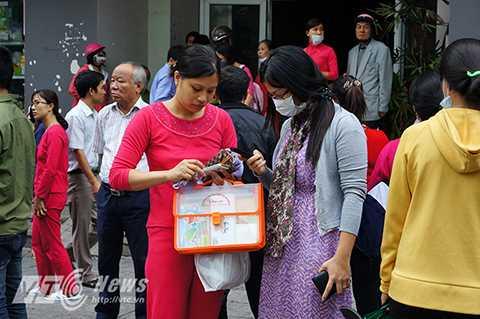 Nhiều cư dân của hai tòa nhà CT4A và CT4B KĐT Xa La (Hà Đông, Hà Nội) trở về nhà để thu dọn đồ đạc.
