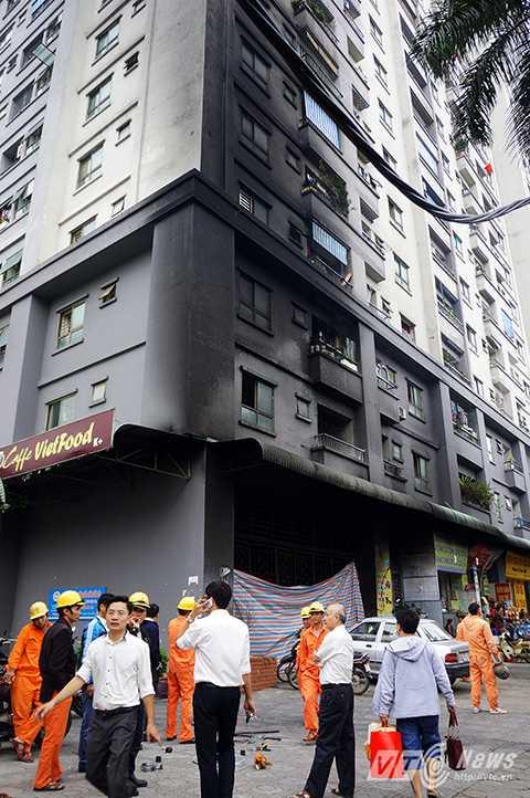 Khói muội của đám cháy bốc lên làm đen kịt một góc tòa nhà CT4A