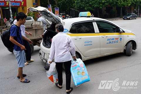Anh Hưng (CT4A, KDT Xa La, Hà Đông) cho biết: 'Tạm thời tôi đưa mẹ sang nhà anh trai để ở, sau đó sẽ quay lại dọn dẹp nhà cửa.'