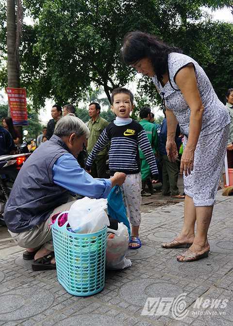 Bác Vân Bằng (CT3, KDT Xa La, Hà Đông) vẫn chưa hết bàng hoàng sau vụ cháy lớn đêm qua.