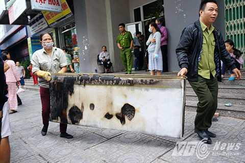 Một tấm nệm bị cháy đen được đem ra khỏi hiện trường.