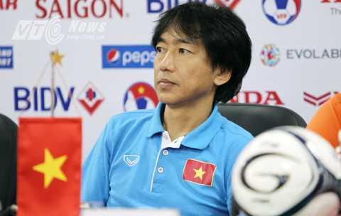 HLV Miura tham dự buổi họp báo trước trận đấu với Thái Lan (Ảnh: Hà Thành)
