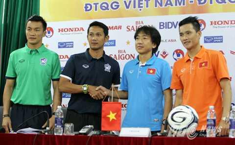 Trợ lý HLV Threeiagsang thay Kiatisakdự họp báo trước trận gặp Việt Nam (Ảnh: Hà Thành)