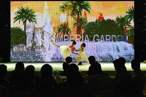Imperia Garden đã kể nên một câu chuyện của 1 cặp đôi hạnh phúc trong màn trình diễn tương tác 3D ấn tượng