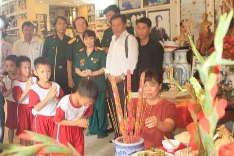 Các em nhỏ, cùng lãnh đạo tỉnh Bình Dương, cựu chiến binh đến dâng hương nhân ngày mất của Đại tướng Võ Nguyên Giáp. Ảnh: Phan Cường
