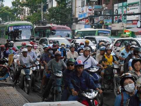 Hàng ngàn phương tiện xe các loại chôn chân chật kín
