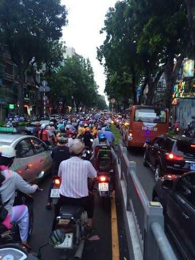 Kẹt xe kéo dài hàng cây số trên cầu vượt 3/2 - Nguyễn Tri Phương, quận 10