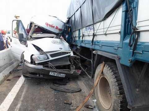 Vụ tai nạn giữa ô tô và xe tải