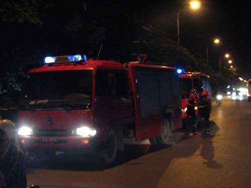 Sau ít phút nhận được tin cháy, 2 xe cứu hoả được điều đến hiện trường