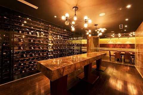 Không gian bên trong Hầm rượu Amber - dịch vụ cao cấp chuyên về rượu và xì gà cho doanh nhân - một sản phẩm độc đáo của Almaz
