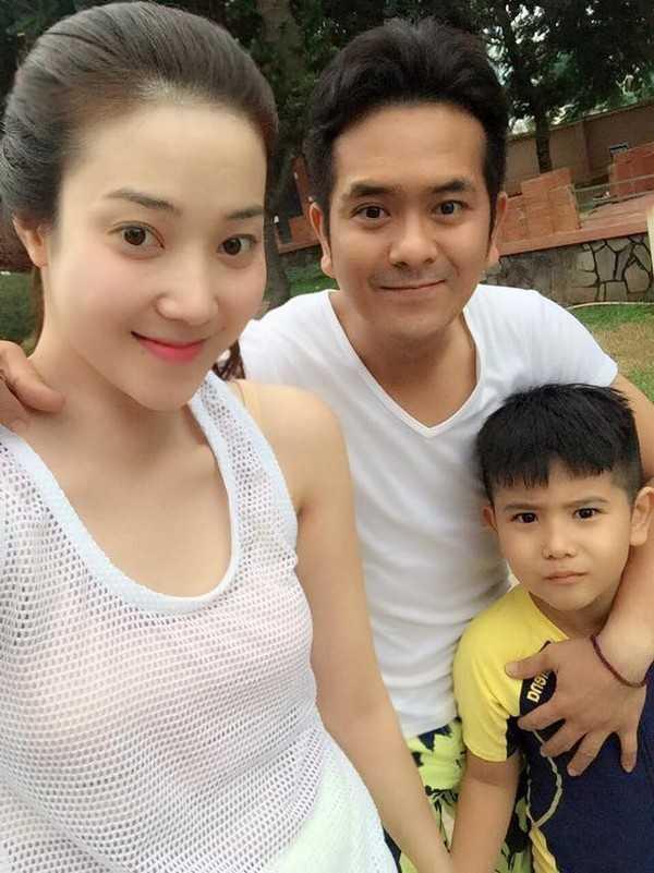 Hùng Thuận cùng vợ cũ và con trai đi du lịch.