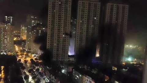 Toàn cảnh vụ cháy ở khu đô thị Xa La nhìn từ trên cao. (Ảnh: CTV/Vietnam+)