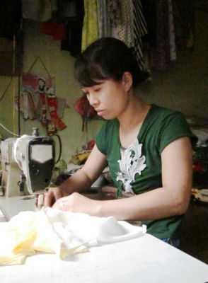 Chị Hoa học được nghề thợ may là nhờ công đưa đón hơn một năm trời của chồng